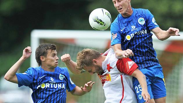 JIŘÍ FLEIŠMAN (na snímku vpravo v souboji se slávistou Pospěchem na nedávném turnaji v Nové Včelnici) vstřelil včera gól Uzbekistánu a přispěl k výhře Slovanu Liberec v prvním utkání soustředění v rakouském Kaprunu.