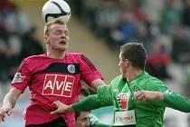 UŽ POTŘETÍ se v březnu 2012 utkají Jablonec a České Budějovice. Snímek je z ligového duelu v Jablonci (1:1), v souboji budějovický Jakub Řezníček (vlevo) a domácí Pavel Eliáš.