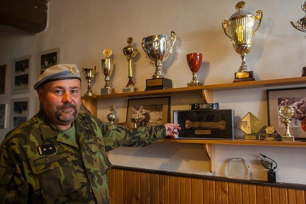 Podplukovník Andrej Vítek z Centra vojenské kynologie Chotyně Armády ČR.