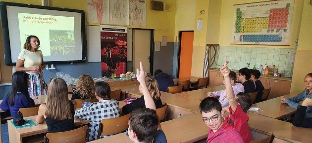 """Motivaci a impulz kvolbě povolání vtomto odvětví nabídla chlapcům a dívkám ze základní školy ve Švermově ulici vLiberci interaktivní přednáška """"Energie – budoucnost lidstva""""."""