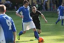 Okresní fotbal v Machníně se domácím (v černém) nepovedl a prohráli s Dolní Řasnicí 1:3.