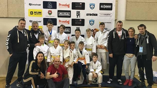 Mladí liberečtí judisté spolu se svými trenéry.