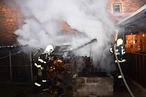 Požár uskladněného dřeva ve Svoru na Novoborsku.