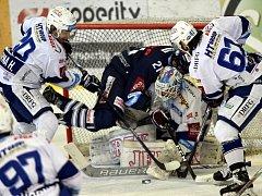 Brněnský brankář Karel Vejmelka se snaží v utkání 37. kola hokejové extraligy zasáhnout před výpadem libereckého Martina Procházky.