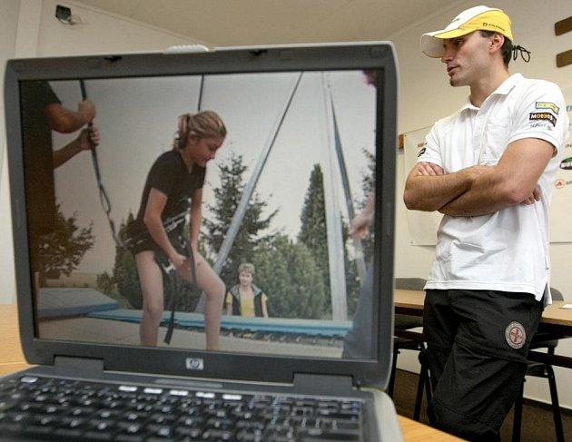 Akrobatický lyžař Lukáš Vokatý představil včera v sídle Dukly Liberec své předolympijské plány a přiblížil na videu na notebooku bungee trampolínu.