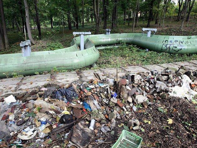 Pořád ještě zbývá odvézt z lesoparku nad teplárnou několik hromad odpadků.