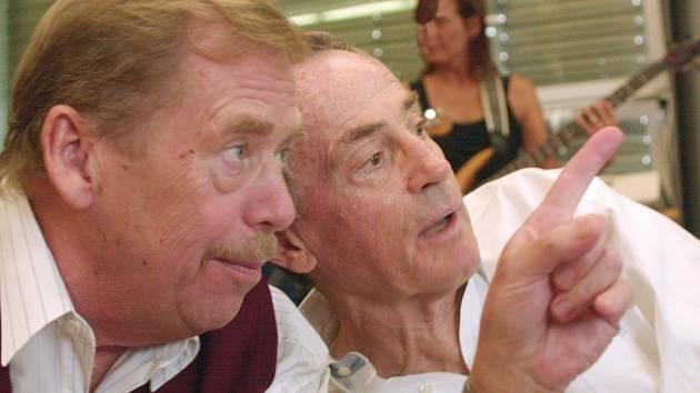 Václav Havel a Jan Tříska. Oba dva lze slyšet na páskách ze srpna 1968, které se staly rozhlasovým objevem roku.