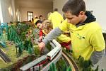 OBŘÍ MODEL železnice vytvářejí děti ze čtyř německých škol a jedné české. Prohlédnout si ho můžete do 25. listopadu v Severočeském muzeu v Liberci.