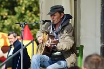 Na letošním Oktoberfestu zahrál poprvé i oblíbený herec a písničkář Jiří Schmitzer. Na akci dorazilo díky pěknému počasí tisíce lidí a jen málokdo nad osmnáct odolal zlatavému nápoji.