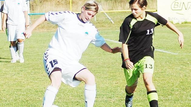 Liberecká Nikola Kotková (vlevo) se podílela aktivní hrou na výhře Slovanu v Rakovníku.