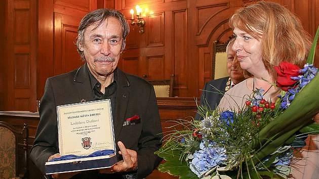 Ladislav Dušek s ředitelkou DFXŠ Jarmilou Levko. I ona byla v listopadu 89 jednou z aktérek událostí. Tehdy ještě jako studentka vysoké školy v Liberci  byla členkou stávkového výboru.