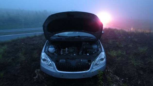 Řidička osobního automobilu Škoda Roomster jela přes kruhový objezd rovně. S nabouraným autem se zastavila až na jeho vrcholu.