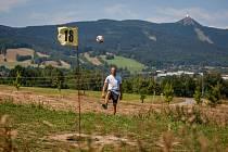 Vlibereckém vesci se nachází fotbalgolfové hřiště. Na snímku z 20. července je Jiří Veverka.