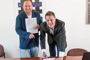 VLADIMÍR KOČANDRLE (vlevo),  ředitel firmy Warner Music ČR spolu s Ondřejem Rumlem po podpisu smlouvy, která může zpěvákovi a hudebníkovi změnit život. W