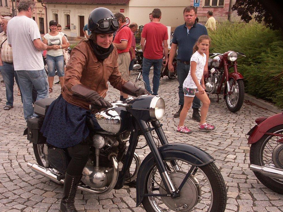 Jediná žena na silném stroji, Michaela Doskočilová, přijela do Rovenska z Prahy.