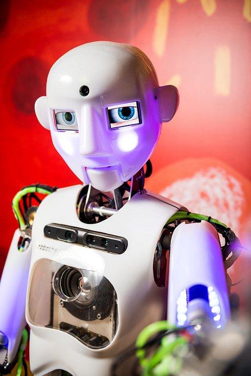 V iQLANDII rozdával vysvědčení robot.