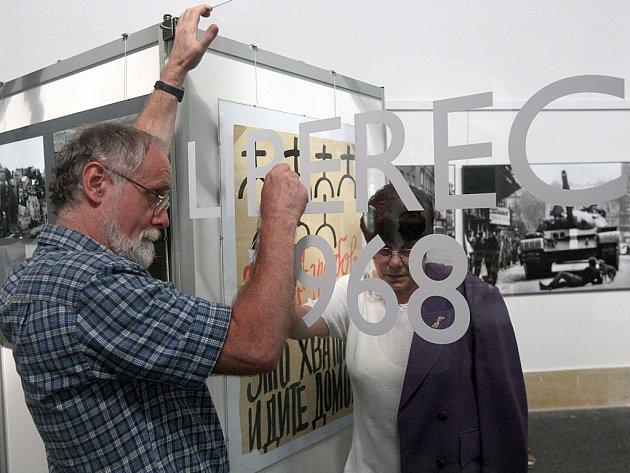Spoluautor výstavy Jan Mohr dokončuje v muzeu instalaci kolekce, nazvané Liberec 1968.