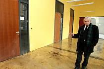 Jaroslav Čech ze správy budov ukazuje pokračující přestavbu nových prostor libereckého infocentra.