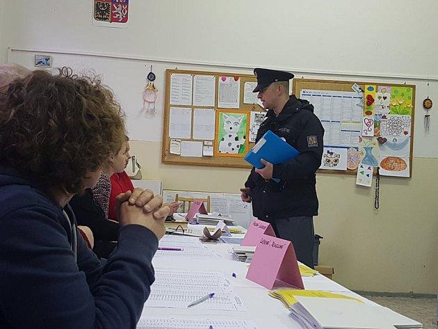 Policejní kontrola včetně předání informací, jak postupovat po uzavření místností.