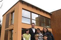 Osazenstvo jednoho z domků společně s ředitelem frýdlantského dětského domova Tomášem Kahanem.