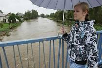Lužická Nisa se místy již vylévá z koryta. Situace v pondělí 27. září.