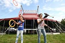 Cirkus Carini plánuje několik představení v libereckých Pavlovicích. Majitel cirkusu se může pyšnit nejen lvy berberskými, ale také jeho dcery Žaneta a Jitka vystupují v cirkusu jako artistky a v letošním ročníku se v talentové soutěži zúčastňují konkurzů