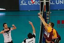 V POHODĚ. Liberecký Adam Zajíček (vpravo) bojuje na síti s Tomášem Malčíkem (11) a Ondřejem Skybou ze St. Města.