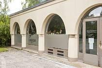 Město Liberec už kompletně převzalo budovu krematoria od bývalého nájemce a začalo od července krematorium včetně městské pohřební služby provozovat.