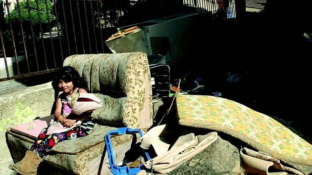 NEPOŘÁDEK. Tyto odpadky by, podle majitele domu, měly zmizet příští úterý. Nedostatky u popelnic to však neřeší zcela, nepořádek tu je opakovaně.