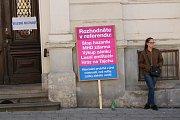 U vybraných volebních místností lákají k účasti v referendu lidé s poutači. Zákon přitom nejspíš neporušují, agitace je zakázaná pouze u voleb, nikoli u místního referenda.