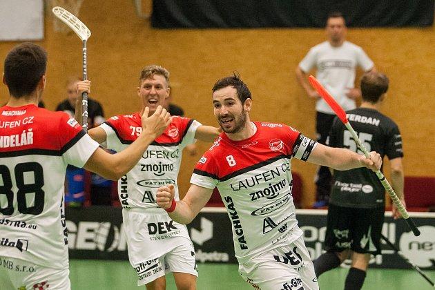 Zápas 1. kola florbalové Tipsport Superligy mezi týmy FBC Liberec a TJ Znojmo LAUFEN CZ se odehrál 1. září v Liberci. Na snímku radost hráčů Znojma, vpravo Pavel Palát.