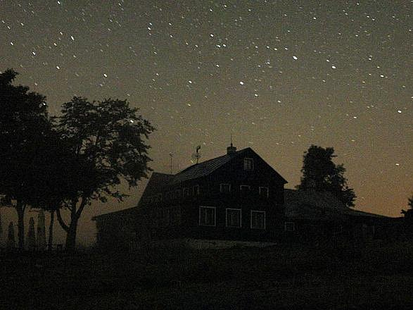 VELKÝ VŮZ NA JIZERCE. Panorama noční Jizerky: Velký vůz na Jizerce za jasné noci, kdy je odtud vidět až dva tisíce hvězd.