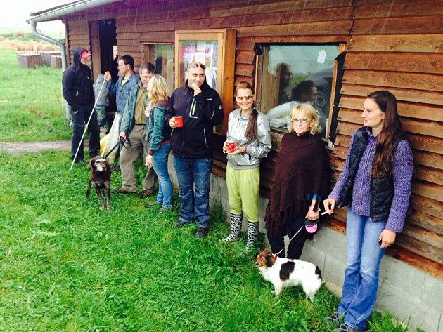 VYDATNÝ DÉŠŤ ZAHNAL FARMÁŘE při víkendovém setkání uZuzany Polákové vKřižanech.