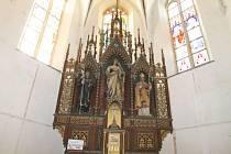 Restaurování hlavního oltáře v kostele sv. Víta v Osečné je dokončeno.
