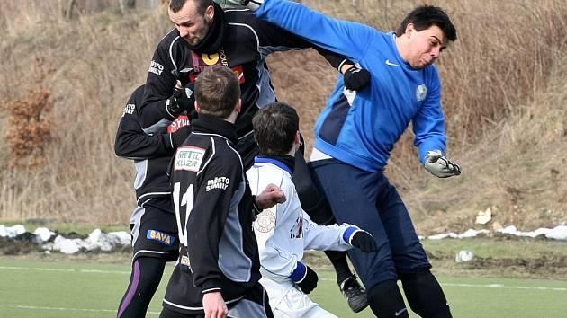GÓLMAN DOUBÍ. Michal Dvorský (vpravo) neměl proti důrazně si počínajícímu soupeři šanci a inkasoval.