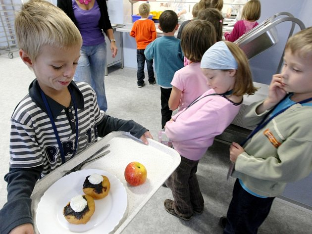 VÍC OVOCE a zeleniny, odstranit polotovary a nabídnout víc místních produktů. Liberec chce zavést zdravější stravu ve svých školách.