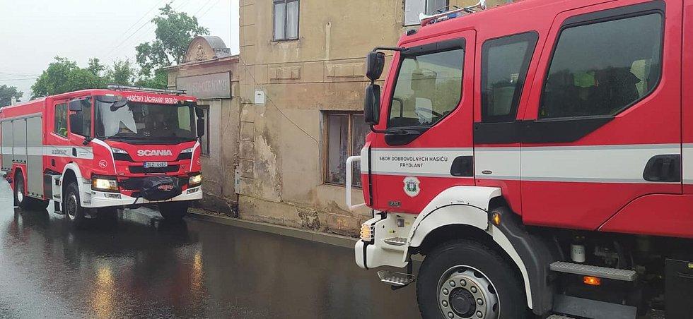 Ve Frýdlantu pomáhá čerpat vodu zdejší sbor dobrovolných hasičů.