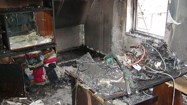 POKOJ BYL ZNIČEN. Plameny spolkly valnou část vybavení dětského pokoje v podkroví.