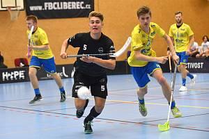 FBC Liberec - FBC ČPP Ostrava 4:3. Za míčkem se žene s Jakub Kopecký (v černém).