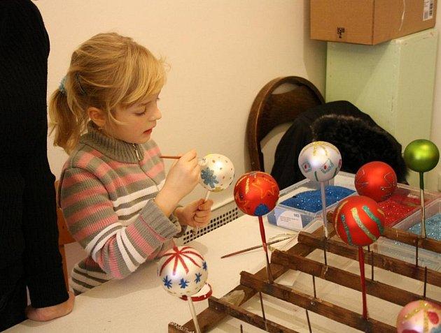 PŘI TRADIČNÍCH VÁNOCÍCH V GALERII si návštěvníci mohli vyzkoušet například domalovat vánoční ozdobu.