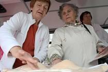 Marie Palkosková a Alžběta Rácová ze Společnosti onkologických pacientů z Mostu podávaly zájemkyním informace o nemoci a předváděly na maketě prsou samovyšetření.