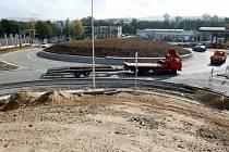 V liberecké čtvrti Doubí vyrostl obří kruhový objezd, který je kapacitně stavěn pro řešení dopravy ve směru od Prahy, Ještědu, ale i Doubské ulice.