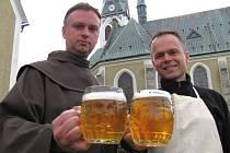 Farář františkánského řádu Bartoloměj Pavel Černý a farník Pavel Eliáš (zleva) koštují pivo uvařené v lednu, které tři měsíce zrálo v sudu.