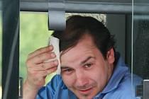 KABINA SE MĚNÍ V PEC. Třicetistupňová vedra, která sužují celou republiku, mění kabiny libereckých autobusů ve žhnoucí pece. Otevřít větrací okénka snad trochu pomůže, upíjet z lahve s vodou doplní vypocené tekutiny, ale strašlivého dusna se zbavit nelze.