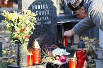 Poslední říjnový víkend je každoročně spojen s návštěvou hřbitovů. Svíčky a tradiční chryzantémy rozsvítily i náhrobky na hřbitově v Liberci – Ruprechticích.