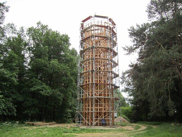 A takhle stavěli rozhlednu v Heřmanicích...