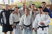 EXTRALIGOVÝ TÝM JC LIBEREC. Zleva: Malinek, Petřikov, Randl, Pulkrábek, Milichovský, Vaníček, Urban.