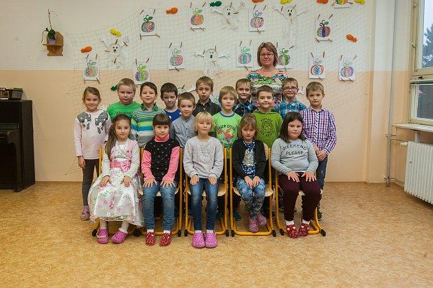 Prvňáci z1. B Základní školy T. G. Masaryka Hodkovice nad Mohelkou se fotili do projektu Naši prvňáci. Na snímku je snimi třídní učitelka Šárka Menčíková.