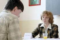 Většina středních škol na Liberecku pořádala v pondělí 21. dubna první kola přijímacích řízení. Například na Střední průmyslové škole strojní a elektrotechnické v Liberci rozhoduje o přijetí už třetím rokem motivační pohovor. Na snímku Martin Havlišta.