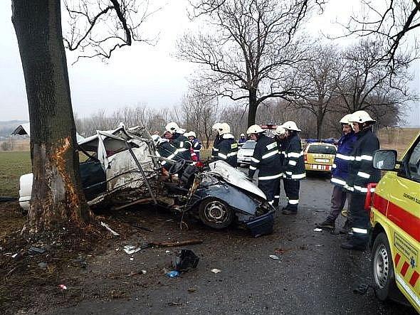 V březnu tohoto roku pomáhali frýdlantští dobrovolní hasiči při vážné dopravní nehodě na silnici do Řasnice, po níž zůstal polský řidič zaklíněný v autě.